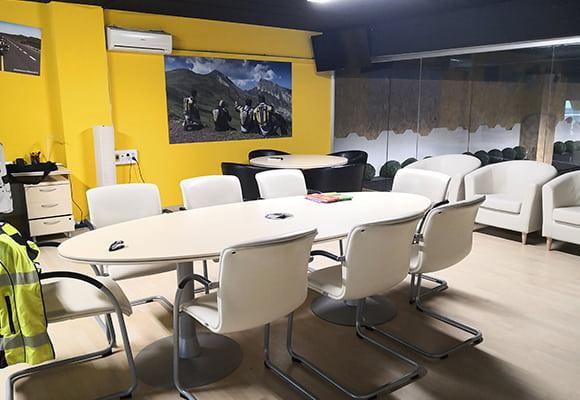 Tienda MotoCenter Madrid Sala reunion